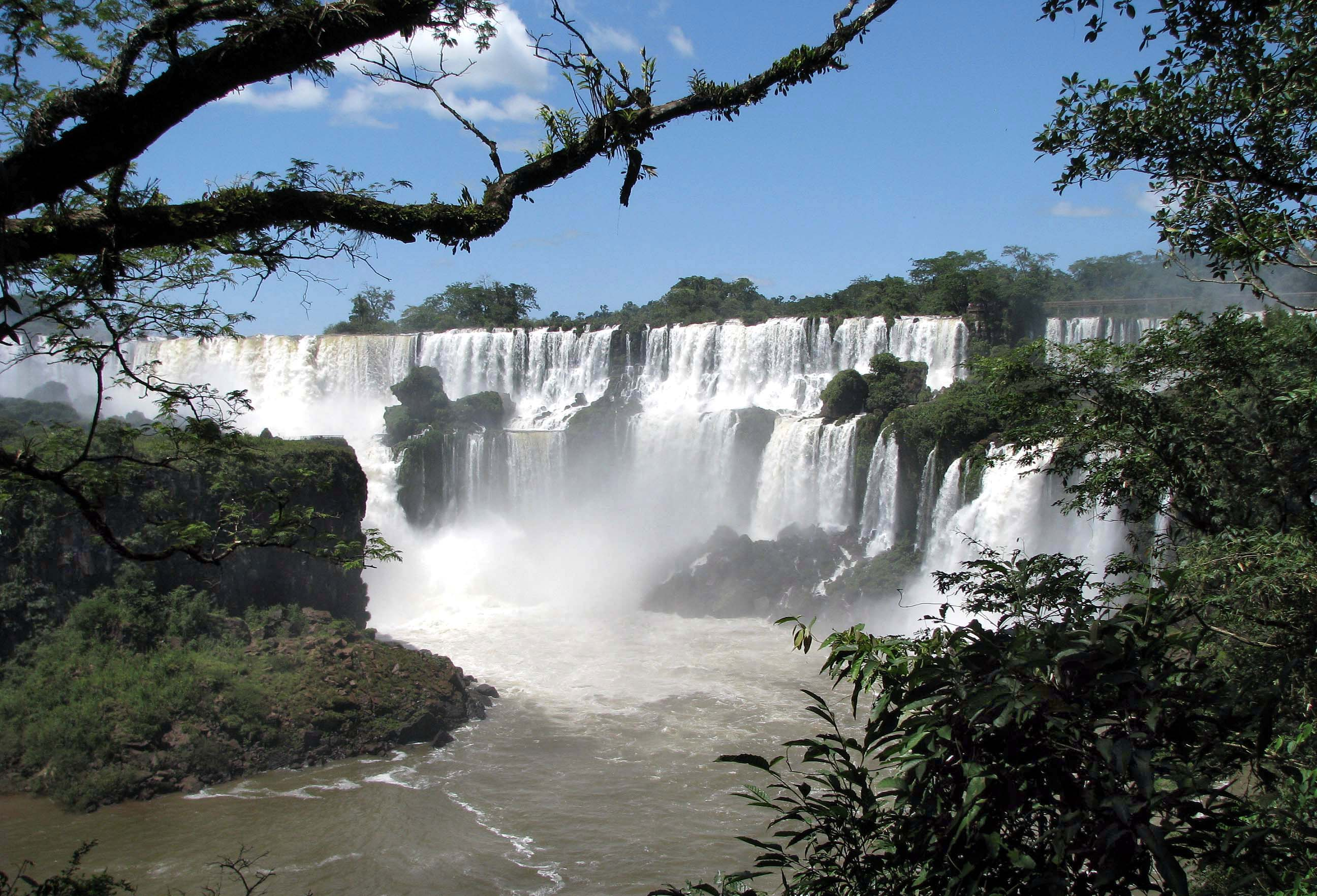 how deep is the main waterfall at parque nacional iguazu